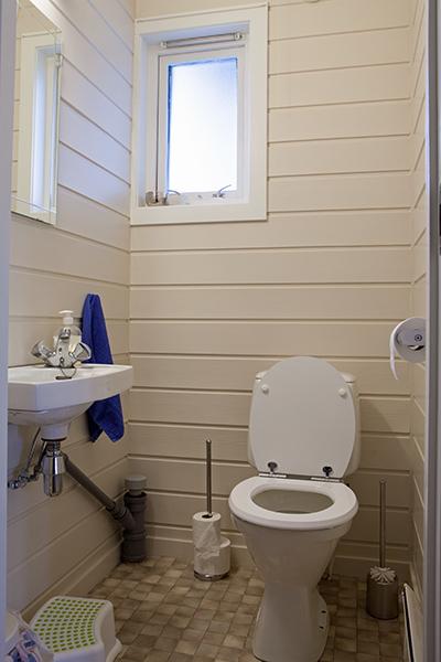 Bilde av gammelt toalett - nå bygget om til dusj